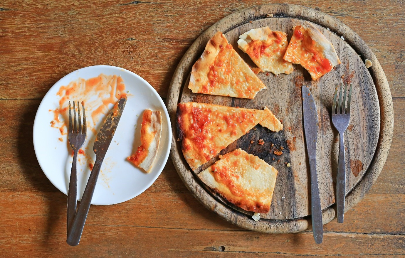 Leftover pizza on a plate.